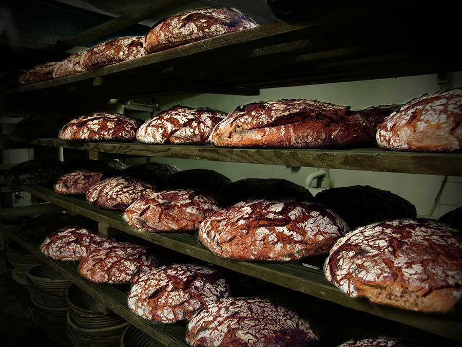 """Das frisch gebackene Roggenbrot in der Backstube der Gaststätte """"Zum Rebstock"""" in Fürth-SteinbachRegal_RZ_web"""