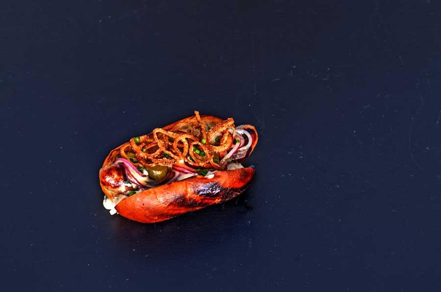 Verzehrfertig: Der Beckenrand Hotdog aus dem Odenwald mit Kochkäse und verschiedenen Toppings