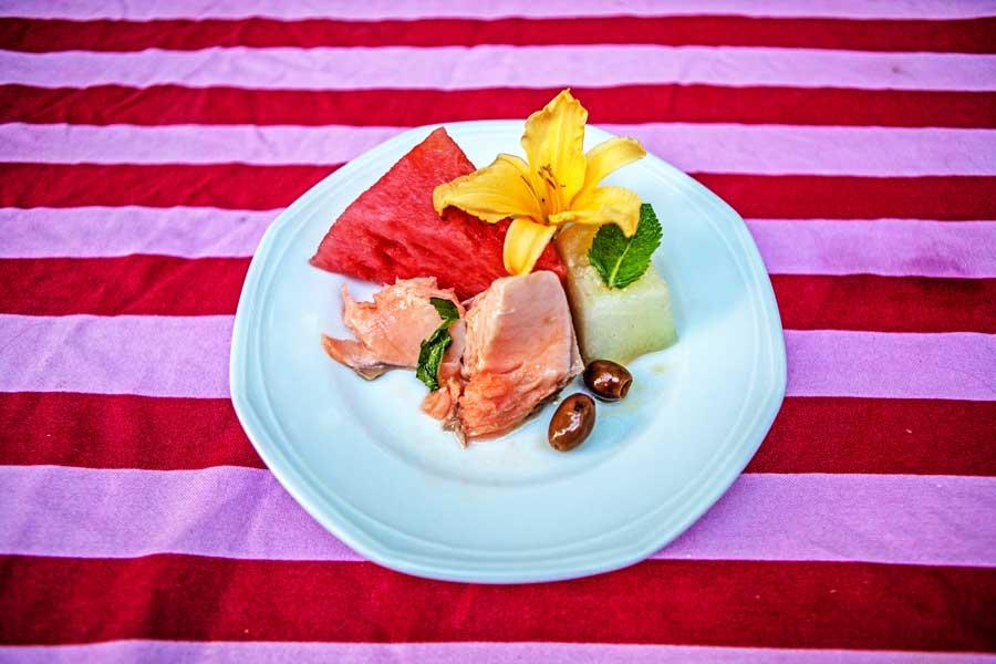 die im Salzmantel gegarte Lachsforelle mit Wassermelonen-Oliven-Salat