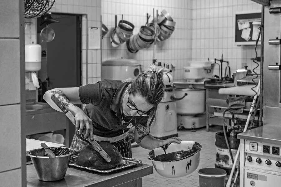 Die Konditorin Alexandra Schwinn in der Backstube Riesinger in Beerfelden beim Fertigen einer Torte
