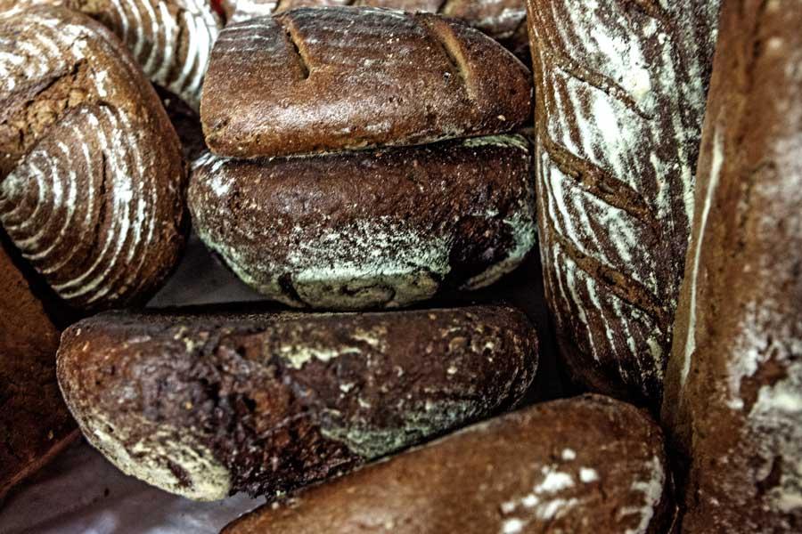 Ein Stapel Brot in der Bäckerei Riesinger in Beerfelden