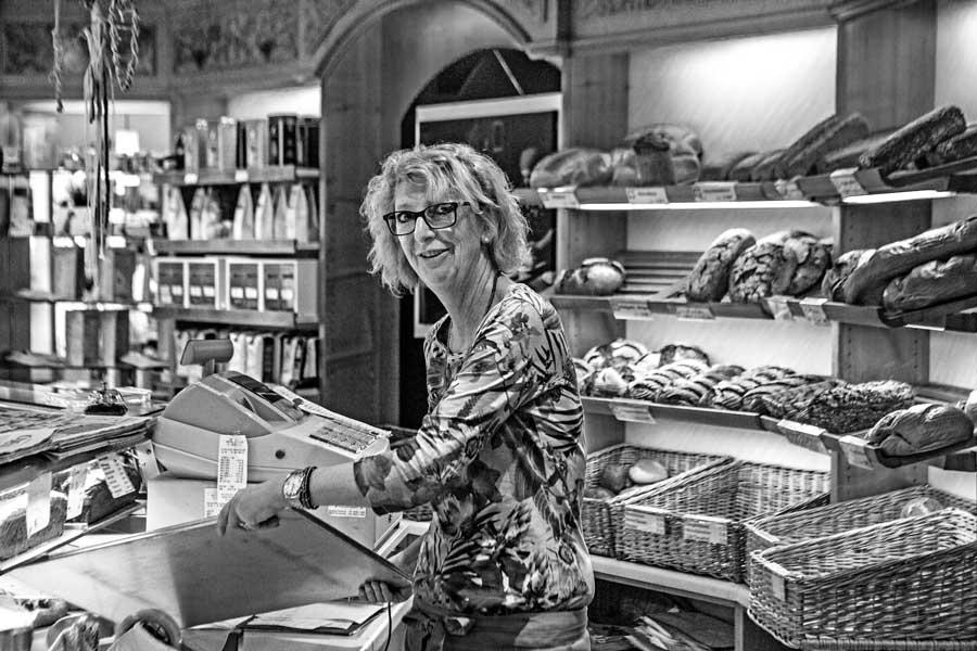 Gaby Riesinger im Verkaufsraum der Bäckerei