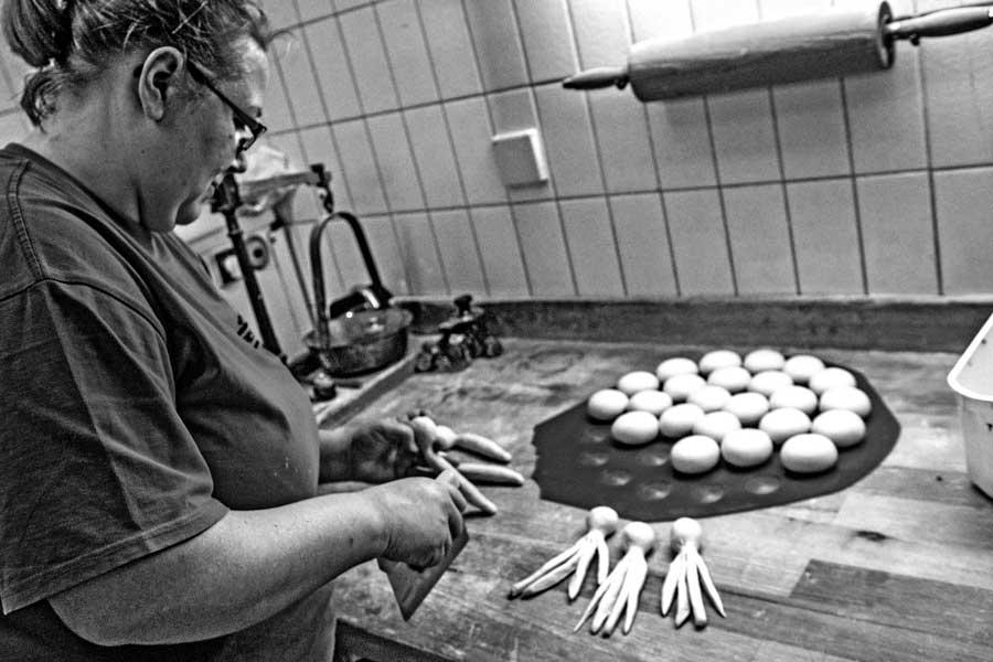 Bäckerin Bianca Koch beim Formen von Hefegebäck