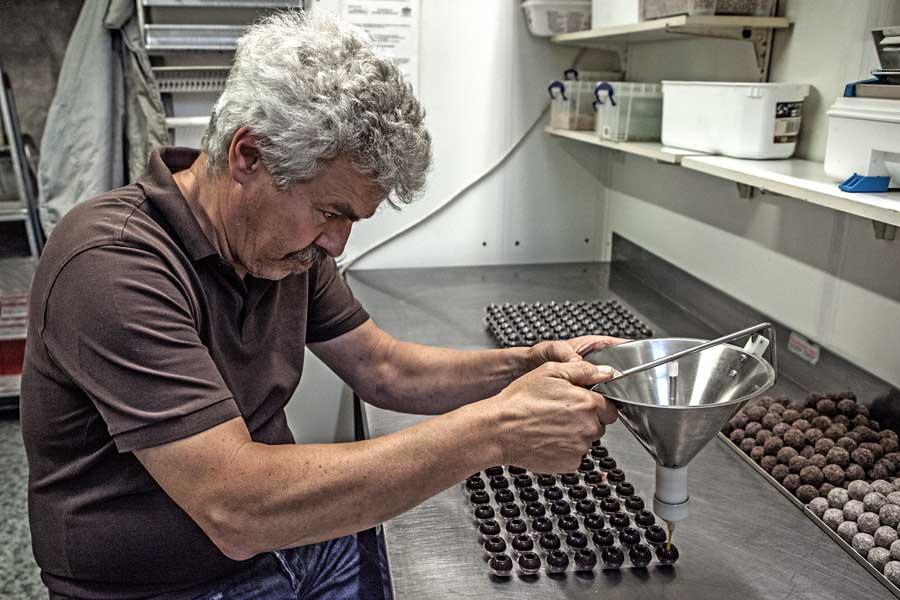 Hartmut Riesinger beim Füllen von Trüffeln