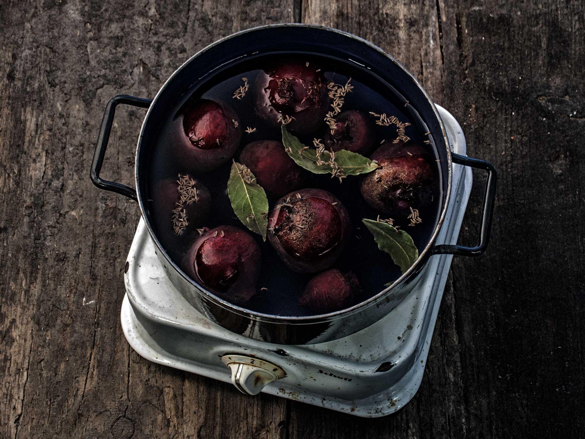 Rote Beete Carpaccio mit Grünkohl-Chips und Meerrettich-Gremolata