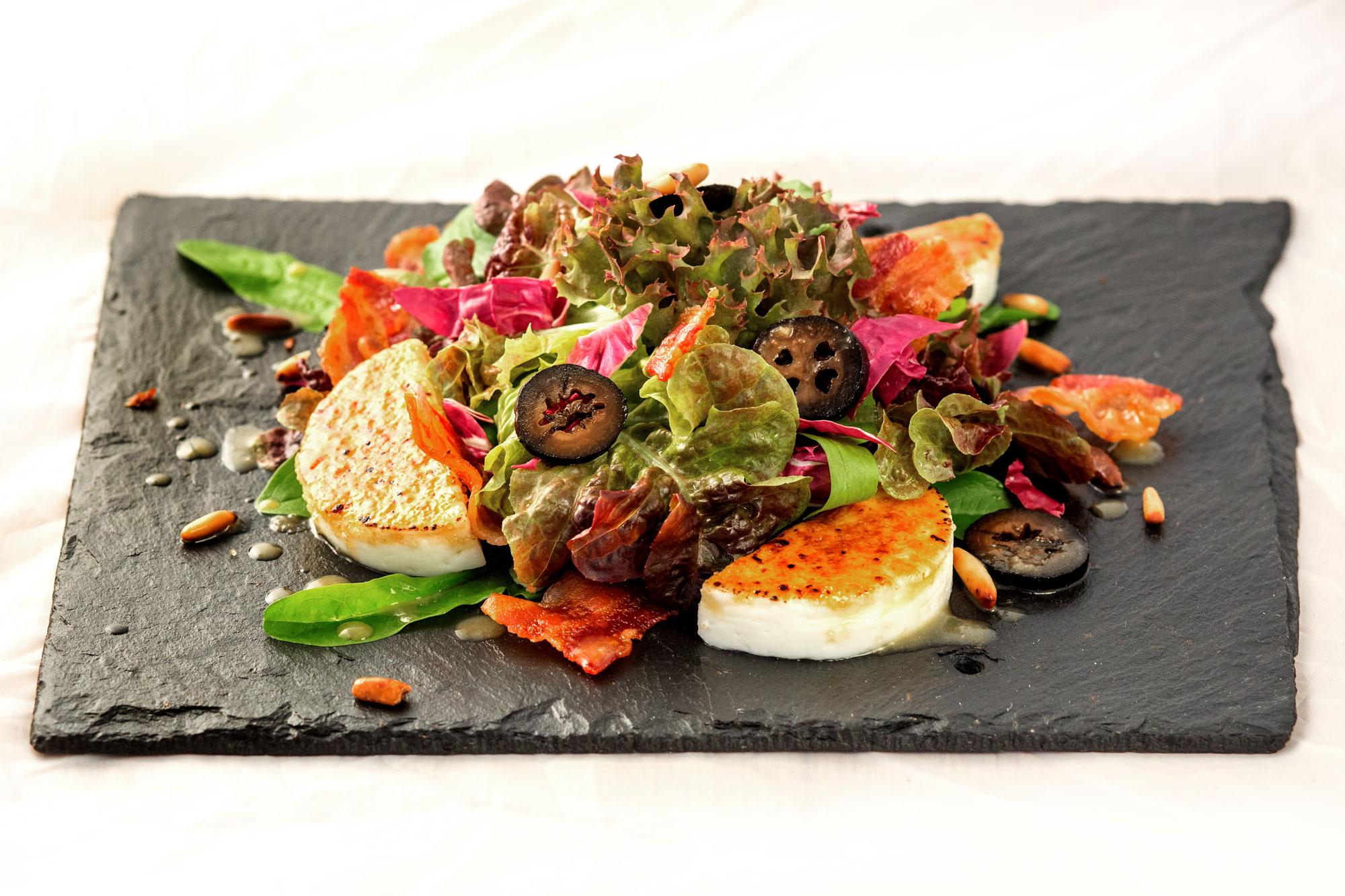 Salat mit schwarzen Nüssen