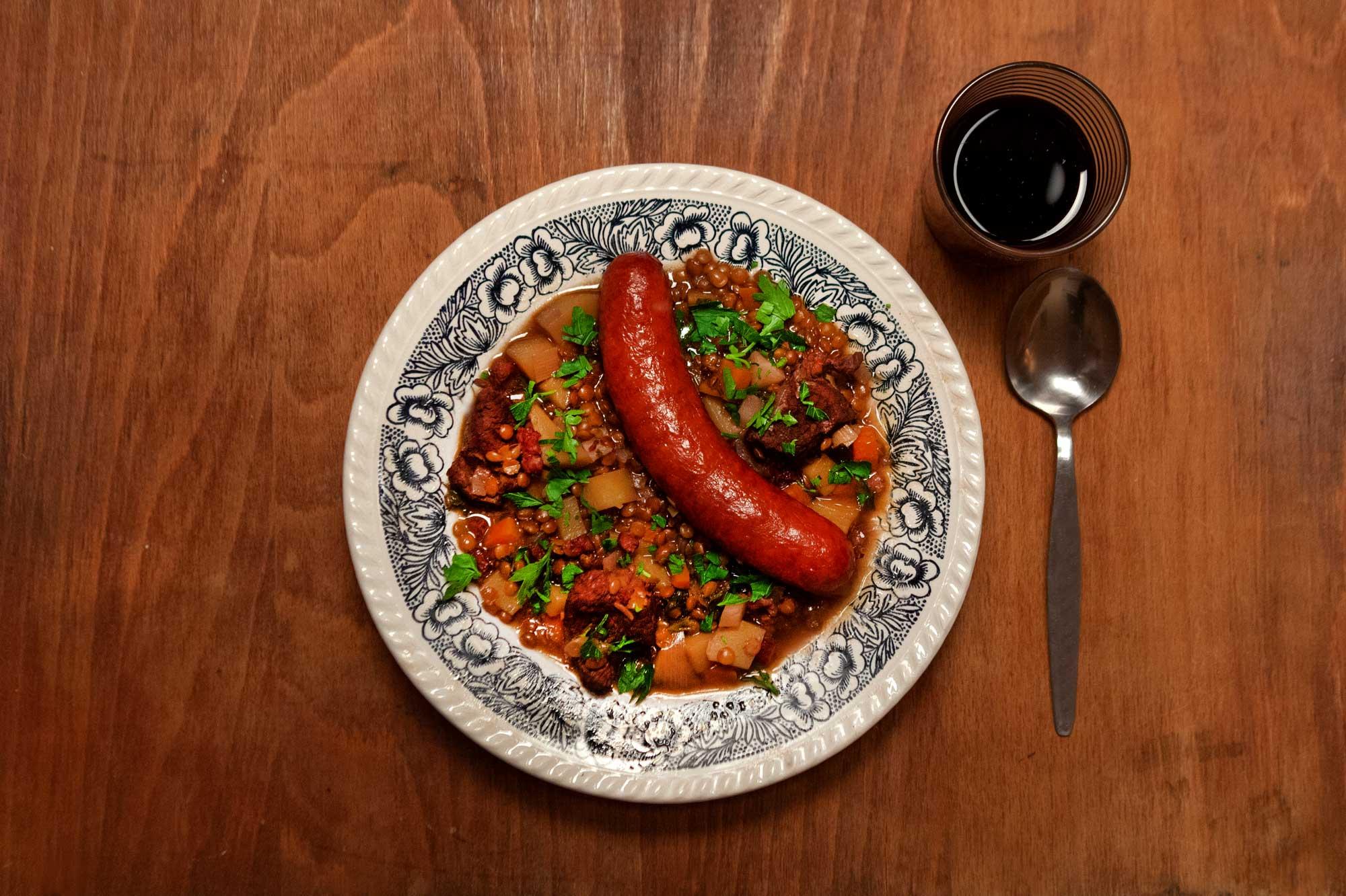 Rotwein-Linsensuppe mit Brägenwurst