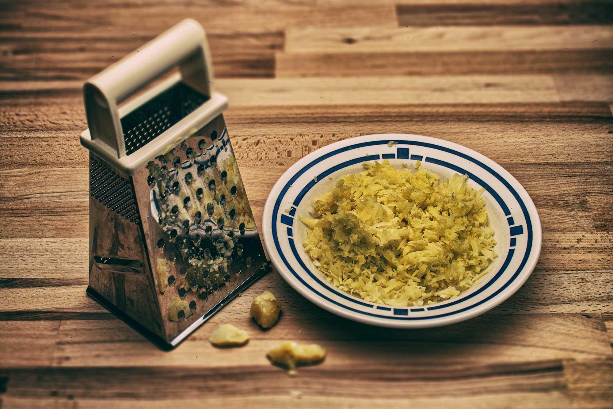 Semmede aus Kartoffeln auch bekannt als Semele, Bröselhaber, Zwuler oder Kartoffel-Brösel-Schmarrn
