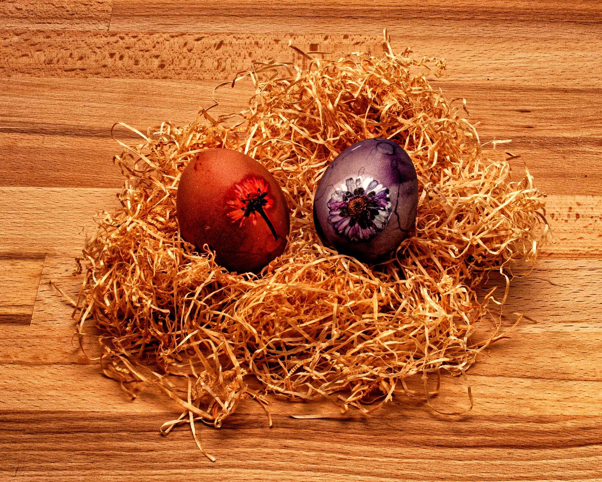 Ostereier Naturfarben aus Zwiebeln und Heidelbeeren