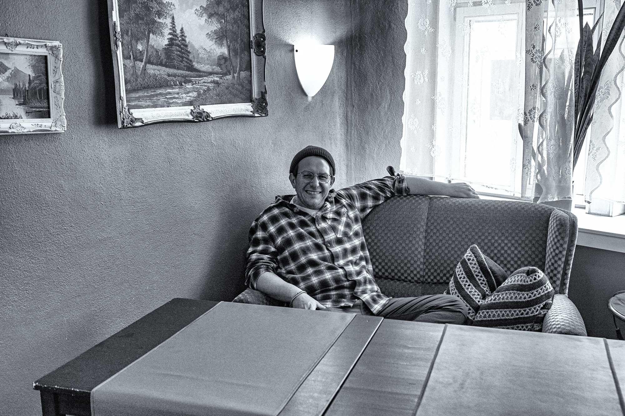 Marc-André Kaltwasser auf dem Sofa in Kaltwassers Wohnzimmer in Zwingenberg an der Bergstraße in Südhessen