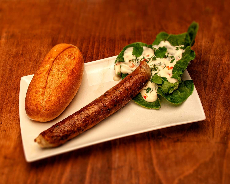 Die Surf and Turf Bratwurst aus der Metzgerei Kirchschlager in Erbach mir einem Dipp aus einer leichten Mayonnaise und Kräutern.